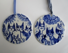 Kattenfamilie - ronde tegel in blauw wit porselein