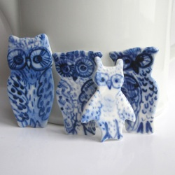 Blauw wit porseleinen uiltje - handgemaakte unieke broche